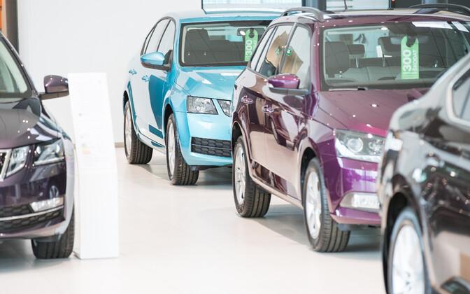 Sõiduautod müügisalongis.