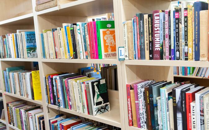 Raamatukogu riiulid.