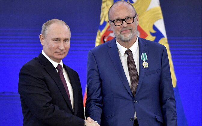 Rein Müllerson receiving the Order of Friendship from Russian President Vladimir Putin Tuesday.