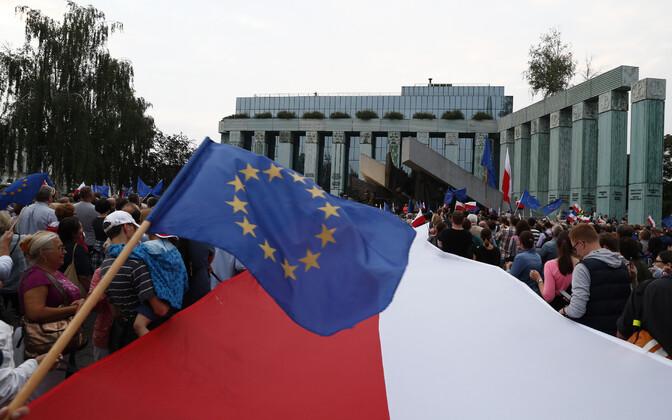 Justiitsreformi vastased meeleavaldajad 2017. aastal Varssavis.
