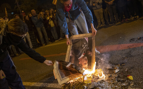 Протестующие сжигают портреты испанского короля Филиппа VI.