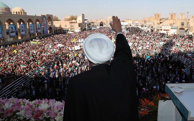Hassan Rouhani pühapäeval rahva ees kõnet pidamas.
