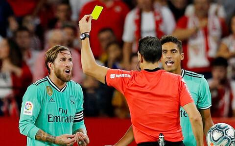 Juan Martinez Munuera vilistamas Sevilla ja Madridi Reali kohtumist