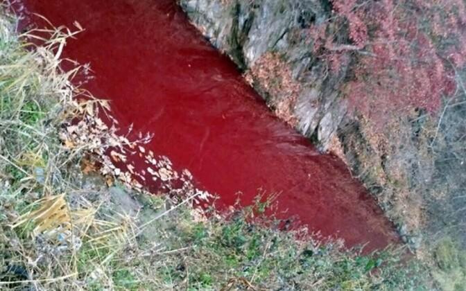 Verest punaseks värvunud Imjini jõgi