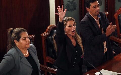 Ранее Аньес (в центре) занимала пост второго заместителя председателя сената.