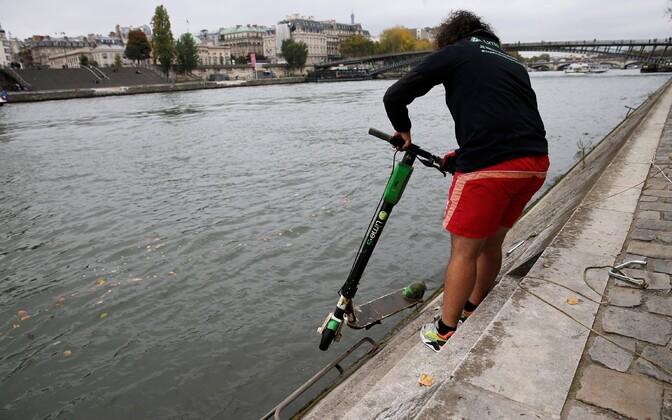 Rendirataste firma Lime töötaja õngitseb Seine'st välja sinna visatud elektritõuksi.