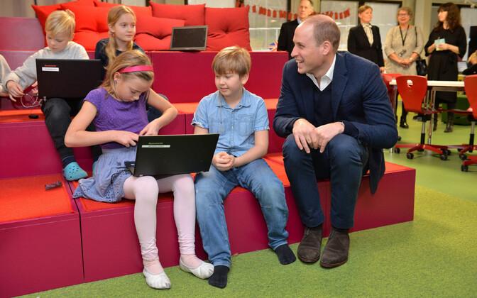 Briti prints William oma Soome visiidil rutuvmas digiõppega koolis.