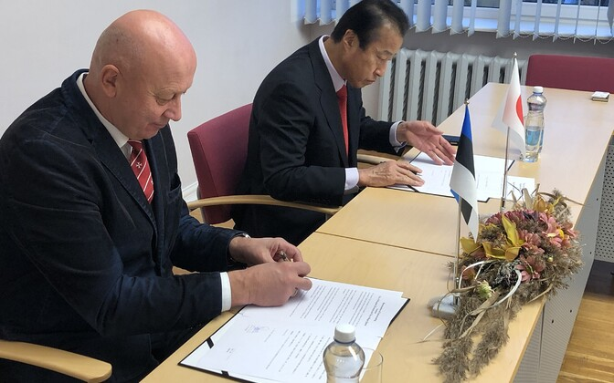 Signing ceremony sealing relations between Haapsalu and the Japanese city of Kaga.
