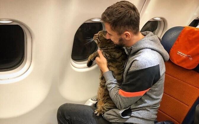 Lennureisija Mihhail Galin oma kassiga.
