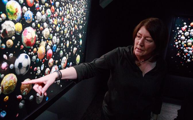 Mandy Barker oma kunsti ees.