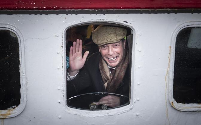 Nigel Farage kalalaeval kampaaniat tegemas.