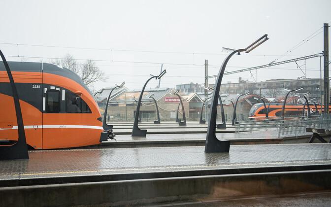 Поезда Elron на Балтийском вокзале.