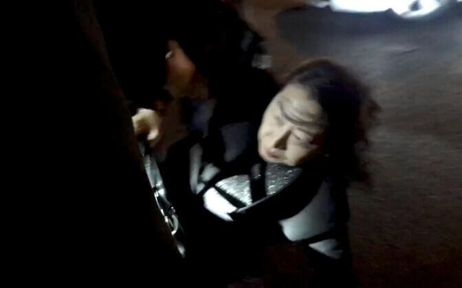 Teresa Cheng pärast kukkumist püsti tõusmas.