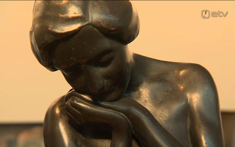 Evelin Võigemast välja pronksist naiseskulptuuri