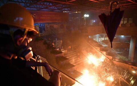 18 ноября активисты, находящиеся на территории кампуса Гонконгского политехнического университета, подожгли пешеходный мост у входа в университет.