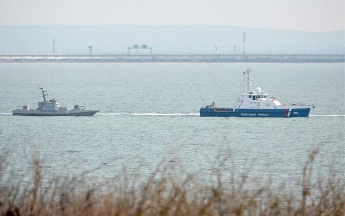 Корабль береговой охраны РФ буксирует украинский катер для передачи его Украине.