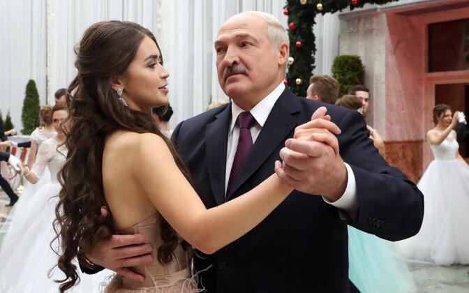 President Lukašenko ja Miss Valgevene 2018 tantsimas aastalõpuballil Minskis.