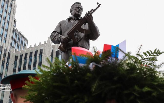 Relvadisainer Mihhail Kalašnikovi skulptuur Moskvas.