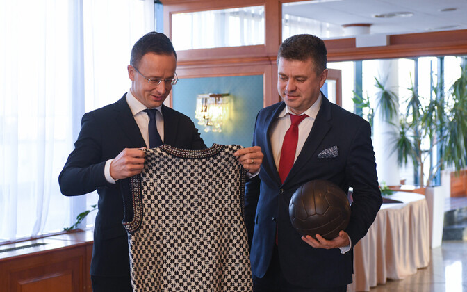 Minister of Foreign Affairs Urmas Reinsalu and his Hungarian colleagie Peter Szijjarto exchanging gifts
