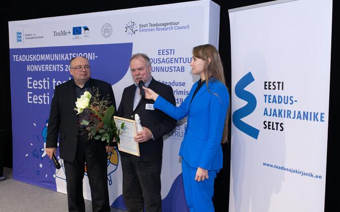 Laurits Leedjärv auhinna üleandmisel.