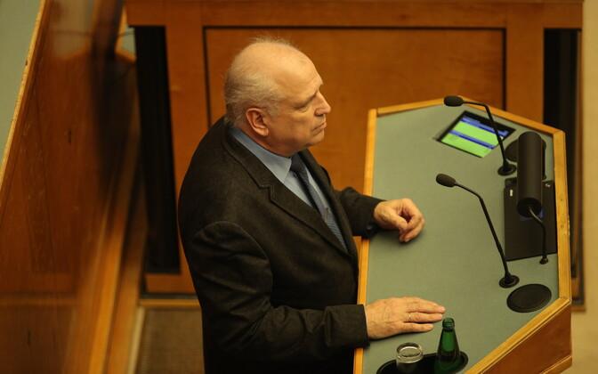 Mart Järvik riigikogu ees