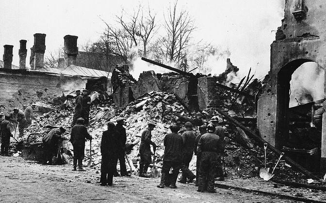 Päästemeeskond tööl Nõukogude pommirünnakus hävinud hoone varemetes Helsingis.
