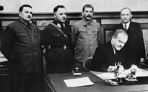 2. detsembril 1939 allkirjastati Moskvas NSV Liidu ja nn Soome Demokraatliku Vabariigi valitsuse vaheline vastastikuse abistamise ja sõpruse leping. Vasakult: Andrei Ždanov, Kliment Vorošilov, Jossif Stalin, Vjatšeslav Molotov, Otto Kuusinen.