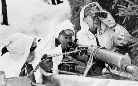 Valgetes maskeerimisrõivastes Soome võitlejad on valmis vaenlase ilmumisel kohe tuld avama. 8. detsember 1939.
