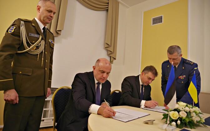 Министры обороны Эстониии Украины Юри Луйк и Андрей Загороднюк.
