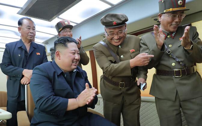 Põhja-Korea liider Kim Jong-un koos ohvitseridega.