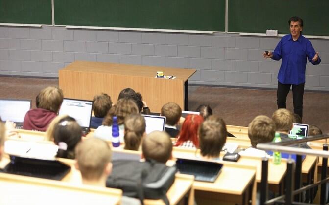 Just ülikoolides on karjääris edenemiseks soodsam teha teadust kui õpetada.