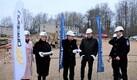 Строители должны сдать новый дом в сентябре следующего года.