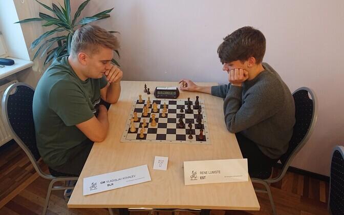 Turniirivõidu võtnud suurmeister Vladislav Kovaljov matšis Rene Lumistega.