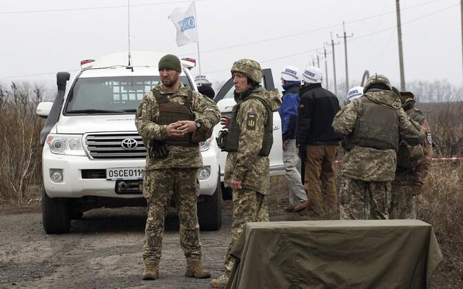 OSCE vaatlejad Bogdanivka küla juures vastaspoole lahkuviimist jälgimas.
