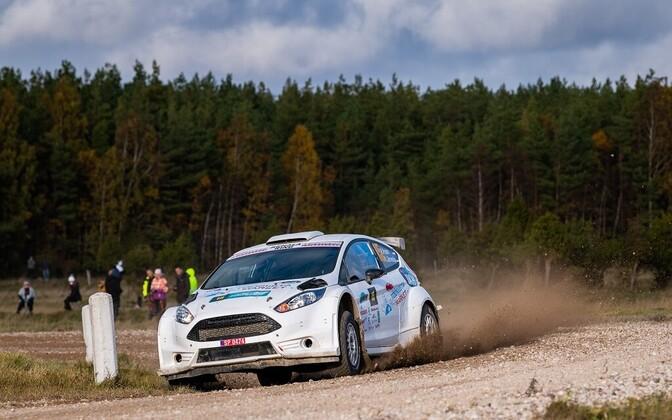 Roland Poom ja Ken Järveoja Ford Fiesta R5-ga Saaremaa rallil sõitmas.