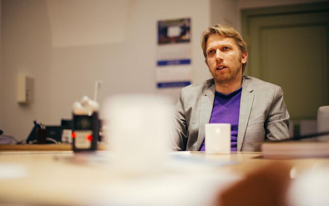 Riigikogu legal affairs committee chair Jaanus Karliaid (Center).