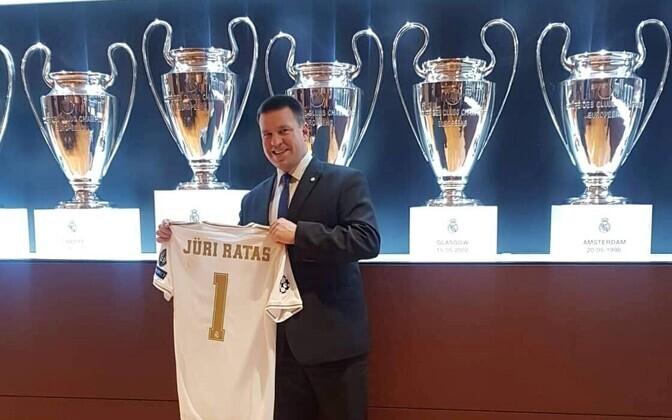 Jüri Ratas sai endanimelise Reali mängusärgi.