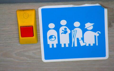 Наклейка в таллиннском общественном транспорте.