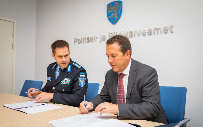 PPA otsib omale uusi peahooneid Tallinnas ja Tartus. Fotol: dokumentide tootmise lepingu allkirjastavad PPA peadirektor Elmar Vaher ja ID Global Solutions Limited tegevdirektor Andrew Richard Cobb.