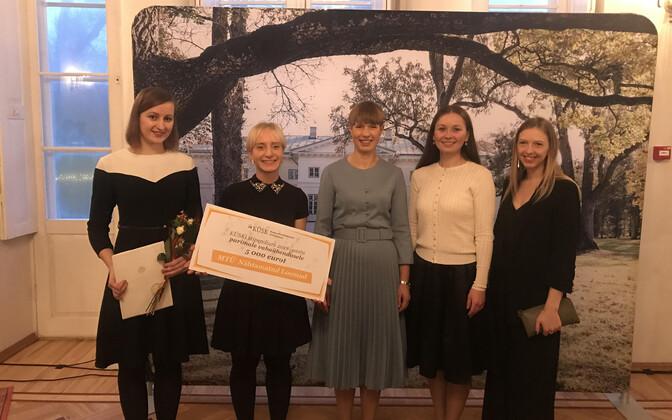 Nähtamatud Loomad receiving their award from President Kersti Kaljulaid on Saturday.