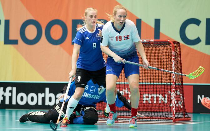Катрин Кивиранд (номер 9) в борьбе с нападающей норвежской сборной.