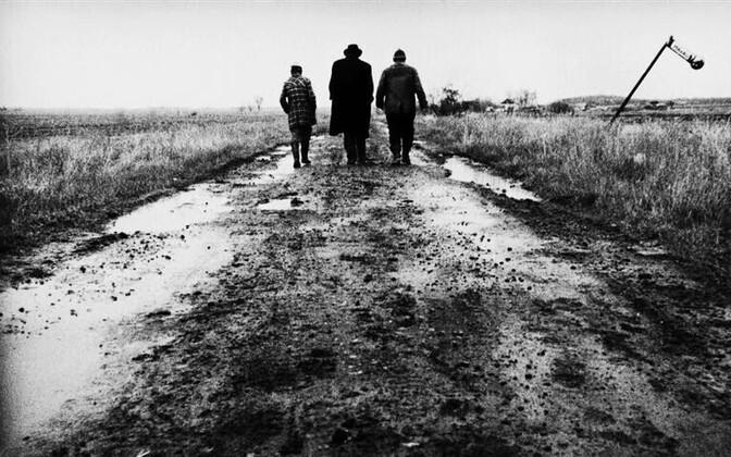 """László Krasznahorkai romaani rusuv, lagunev keskkond ja tegelaste tõpralikkus toovad silme ette võimsad visuaalid. András Bodnár, Putyi Horváth ja Mihály Vig Béla Tarri filmis """"Sátántangó"""" (1994)."""