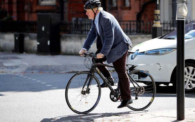 Boris Johnson jalgrattal.