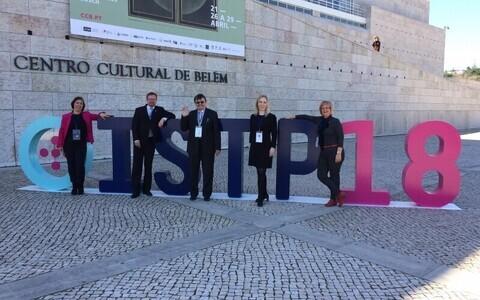 Eesti delegatsioon 2018. aasta õpetajaameti tippkohtumisel Lissabonis: vasakult esimene minister Mailis Reps, paremalt esimene Kiviõli 1. keskkooli vallandatud koolidirektor Heidi Uustalu.