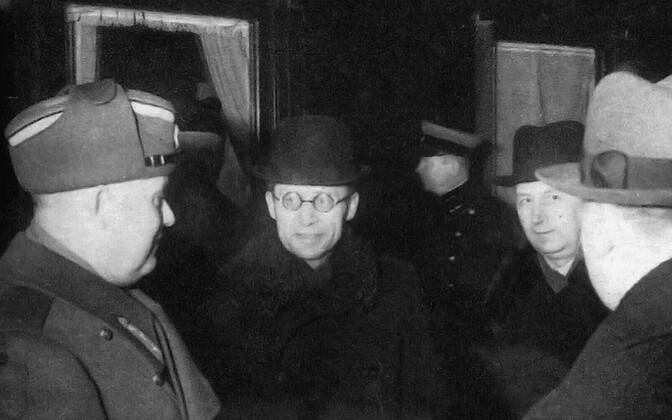 Peaminister Jüri Uluots (keskel) tervitab Tallinnas Balti jaamas sõjavägede ülemjuhatajat kindral Johan Laidoneri, kes saabub Moskvast. Paremal siseminister August Jürima.
