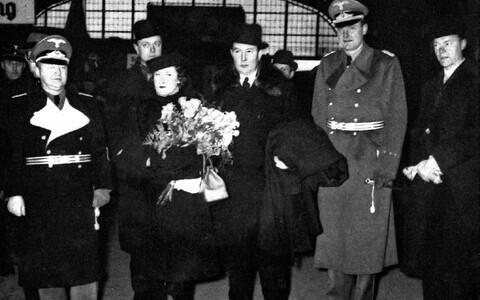 Eesti uus saadik Saksamaal Rudolf Möllerson (keskel) saabub abikaasaga 1939. aasta lõpus Berliini. Neid võtavad vastu Saksa välisministeeriumi ametnikud.