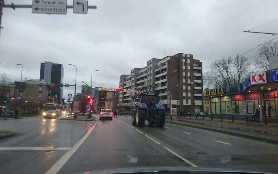 Traktor Tartu maanteel teel Toompeale põllumeeste meeleavaldusele