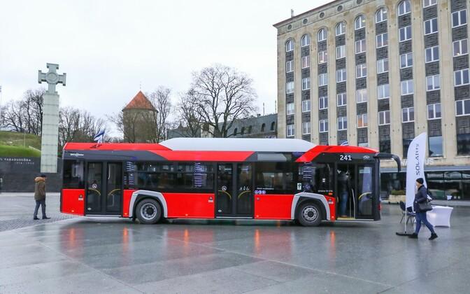 Подписание договора на новые автобусы состоялось на площади Вабадузе.