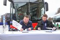 Tallinn City Transport chairman Deniss Boroditš and Solaris chairman Javier Calleja signed the gas bus agreement at Freedom Square.