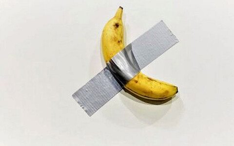 На выставке в Майами художник съел приклеенный к стенке банан, который до этого был продан за 120 000 долларов.